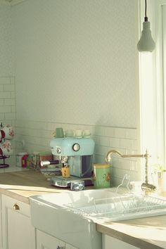 kök, inredning kök, köksinredning, inspiration kök, inspiration köksinredning, marockanskt golv, marockanskt golv kök, pastell i kök, turkos i kök, pastellblå espressobryggare, köksinredning, lantligt kök, kök på landet, inspiration kök landet, volang, volang elle, inredningsblogg, blogg inredning, kök vintage,