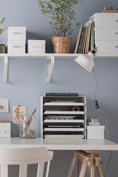 In need of a desk refresh? Whether it's back-to-school time or just time to unlearn an old habit, check out our desk organisation ideas. Boxes, magnets and shelves can help clean your desk, so your mind's clear and ready to work.