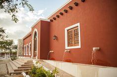 Fuentes en acceso principal : Puertas y ventanas coloniales de Arturo Campos Arquitectos