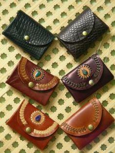 monederos (con 3 departamentos) monederos (con 3 departamentos) piel de ternera y,piel de caballo decoración con trenzado y,piedras de colores