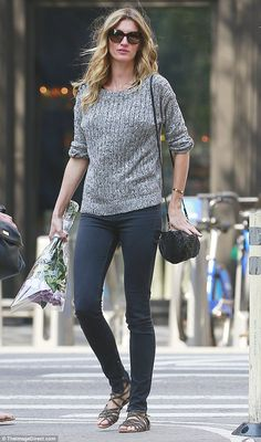 49d6d1f45d2d Model figure  The 35-year-old paired her sweater with skinny jeans that