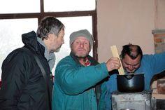 Farár Peter Gombita (vľavo) chodí často dodať dobrú náladu ľuďom odkázaným na pomoc.  / Foto: Veronika Janušková