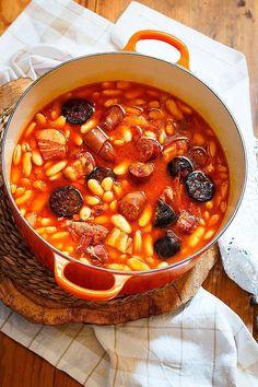 Asturian bean stew in Casserole - receta de fabada asturiana en cocotte Guisado, Great Recipes, Favorite Recipes, Cuban Cuisine, Food Porn, Good Food, Yummy Food, Spanish Dishes, Gastronomia