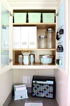 Organized drop space: Places for everything from office supplies to car keys!