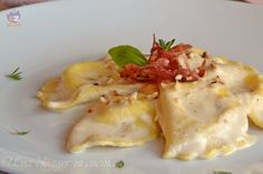 Mezzelune al caprino con pesto di nocciole e speck croccante, un primo piatto fatto in casa con pasta all'uovo, ripieno di formaggio, pesto di nocciole.