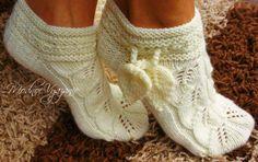 Носки с ажурными листьями Миленькие и симпатичные носочки получаются из узора ажурных листьев.А листочки завязки придадут вашим ножкам кокетство и подчеркнут их красоту.
