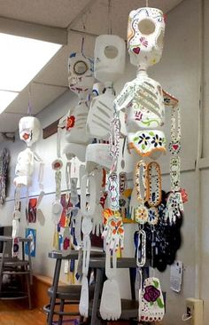 Dia de Los Muertos at Walters Jr. High features milk jug s High School Art, Middle School Art, Art For Kids, Crafts For Kids, Arts And Crafts, Halloween 2018, Halloween Crafts, Classe D'art, School Art Projects