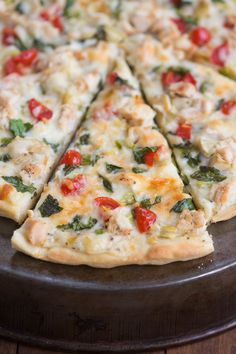 May 2019 - White Garlic Chicken and Vegetable Pizza with my favorite creamy white garlic sauce and the BEST homemade pizza crust! Vegetarian Pizza, Veggie Pizza, Pizza Pizza, Grilled Pizza, Spicy Pizza, Vegetarian Grilling, Grilled Zucchini, Healthy Grilling, Pizza Party