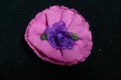 Flor de algódón con un festón alrededor, rosita azulón en el centro