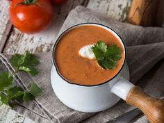 Quick coconut and tomato soup with coriander - Suppe Yummy Snacks, Yummy Food, Bistro Food, Soup Kitchen, Chowder Recipes, Paleo Dinner, Easy Cooking, Superfood, Food Inspiration