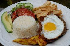 salada, arroz,bife, ovo e batatas fritas
