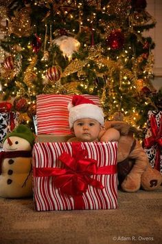 40 christmas pictures ideas with a baby pictures Adorable Baby Christmas Picture Ideas - Santa Baby Christmas Pictures Family Outdoor, Christmas Pictures Outfits, Xmas Photos, Family Photos, Christmas Outfits, Halloween Pictures, Outdoor Christmas, Christmas Baby, Baby Christmas Costumes