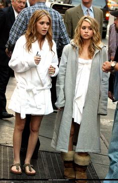 09/10 - MARY-KATE & ASHLEY HAVE A VISIT FROM BOB SAGET WHILE FILMING NEW YORK MINUTE