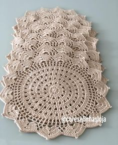 No photo description available.Crochet doily Step by step Tut This Pin was discovered by Sto Crochet Placemats, Crochet Doily Patterns, Crochet Motif, Crochet Designs, Crochet Doilies, Crochet Flowers, Crochet Stitches, Knit Crochet, Crochet Home