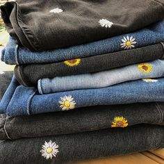 I added four new pairs of embroidered daisy and sunflower jeans to my Etsy . - Pinspace I added four new pairs of embroidered daisy and sunflower jeans to my Etsy . - STEP-BY-S. Diy Embroidery, Embroidery Stitches, Embroidery Patterns, Embroidery On Jeans, Diy Clothes Embroidery, Knitting Patterns, Street Style Jeans, Jean Diy, Diy Broderie