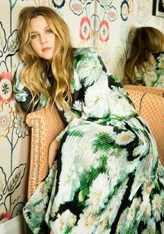 drew barrymore The actress dishes all, from getting her perfect ombr hair to an annual barnacle removal. Drew Barrymore Makeup, Drew Barrymore Style, Santa Clarita Diet, Camila Morrone, Ombre Hair, 90s Fashion, Style Fashion, Style Icons, Celebrity Style