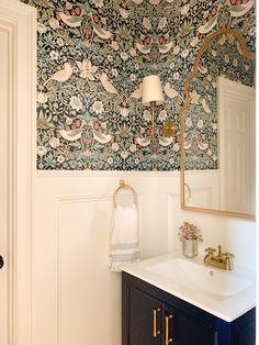 Wallpaper Toilet, Small Bathroom Wallpaper, Powder Room Wallpaper, Wall Paper Bathroom, Cloakroom Wallpaper, Cake Wallpaper, Antique Wallpaper, Interior Wallpaper, Bathroom Shelves