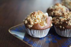 Rhabarber-Muffins: ganz einfach gebacken & vegan  #vegan Peta, Baking, Breakfast, Simple, Food, Organization, Rhubarb Muffins, Vegan Muffins, Just Bake