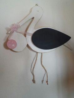 Cicogna di legno con ala a lavagna per dare il benvenuto al nuovo bebè