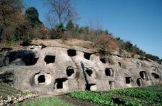 宇都宮市にある長岡百穴はまるでおとぎの国に入り込んだような光景が広がっていますよ()v ここは岩肌にぼこぼこと52個の穴があいている古代の横穴式の古墳 たて横約1mの穴の奥には観音像などが彫られています ぜひ自分の目でこの不思議な光景を見てみてくださいね tags[栃木県]