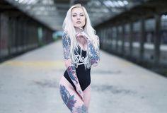 блондинка, взгляд, татуировки, боди, модель, lie meurs, фигурка, грудь, ножки, секси, фон