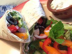 Nieuw recept: Griekse wraps met knapperige groenten: Ontzettend lekkere wraps (tortilla's) in Griekse stijl met knapperige groenten, lekker om te eten op een warme zomerdag als lunch of hoofdgerecht. De tzatziki zorgt voor een typisch Griekse smaak, uiteraard kun je dit recept als basis gebruiken en daarna verder aanvullen met eigen groenten. http://wessalicious.com/griekse-wraps-met-knapperige-groenten/