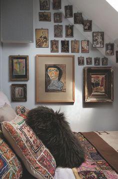 Une chambre d'artiste avec une déco chinée en Inde. Plus de photos sur Côté Maison http://petitlien.fr/85rx