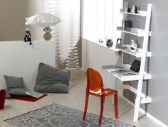 Ce bureau, élancé, aux lignes épurées, séduira toute la famille. Un bureau intemporel, que vous installerez aussi bien dans votre salon que dans la chambre de votre enfant. Les étagères apporteront un espace de décoration supplémentaire. A découvrir sur www.chambrekids.com
