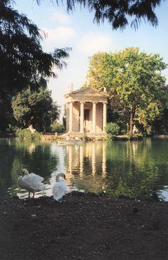 Il laghetto di Villa Borghese a Roma e il Tempio di Esculapio.