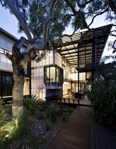 Bark Architects designed the Marcus Beach House, located on the Sunshine Coast of Queensland, Australia. Project description The Marcus Beach house Architecture Résidentielle, Tropical Architecture, Amazing Architecture, Australian Architecture, Australian Beach, Australian Homes, Interior Exterior, Exterior Design, Patio Interior