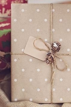 Sharing some Creative Gift Wrapping Ideas and some Free Printable Gift tags to take your gifts to the next level. Simple Christmas, Christmas Holidays, Christmas Crafts, Rustic Christmas, Creative Gift Wrapping, Creative Gifts, Wrapping Presents, Paper Wrapping, Cute Gifts