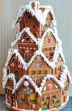 10 Gingerbread Houses You HAVE To See! I love this Gingerbread House! Making gingerbread houses is one of my favorite traditions! Gingerbread Castle, Cool Gingerbread Houses, Christmas Gingerbread House, Christmas Cookies, Spicy Drinks, Homemade Toffee, Sweet Potato Skins, Apple Bars, Chocolate Wedding Favors