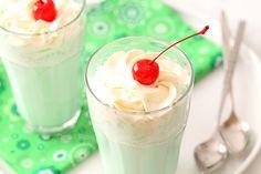 Food Copycat McDonald's Shamrock Shake with optional Irish Cream Whipped Cream Fun Drinks, Yummy Drinks, Yummy Food, Beverages, Smoothie Drinks, Smoothies, Shake Recipes, Copycat Recipes, Shamrock Shake
