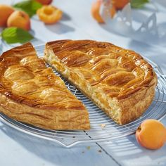 Galette des rois with apricot Cookie Pie, French Food, New Years Eve Party, Hot Dog Buns, Banana Bread, Biscuits, Cooking, Liqueurs, Cakes