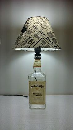 Abajur cuja base é uma garrafa de whiskie Jack Daniels Honey. Exclusividade de CARLLOS CRIAÇÕES.  Segue com a cúpula, a parte elétrica completa, testada, pronto para ser utilizado (segue sem a lâmpada).  Despachamos para todo o Brasil.