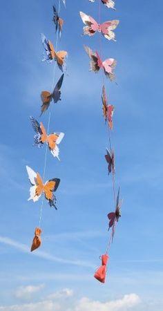 Von Frauen - Für Frauen. Diese bunten Schmetterlinge, die aus alten Heften und Büchern heraus gestanzt werden, bringen ein kleines Präsent für den Frühling mit. Ein Samenbeutel von diverse Blumen, die Schmetterlinge ganz besonders mögen.