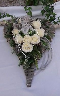 Grave Arrangement Grave Jewelry All Saints Dead Sunday Heart Rattan Heart Rose Angel # . Cemetery Decorations, Fleurs Diy, All Saints Day, Funeral Flowers, Exotic Flowers, Ikebana, Grapevine Wreath, Hibiscus, Flower Arrangements