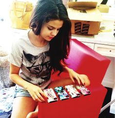 selena gomez choosing phone cover for her cell phone