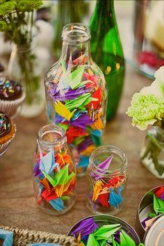 Origamis dentro de garrafas de vidro, esse vai ter no meu casamento