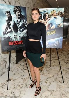 Lake Bell bared a panel of midriff at the special screening of No Escape in a black long-sleeve crop top and a forest green-and-black color-block mini. She styled her look with a matching satin green minaudier and black cage Louboutin sandals. Lake Bell, Celebrity Red Carpet, Celebrity Look, Celeb Style, Fashion Fail, Star Fashion, Kylie Jenner Pictures, Red Carpet Looks, Night Looks
