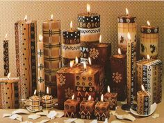 Many prefer the simple decoration with candles to light up their homes. Spice up your regular candles by decorating them with some paper or leaf, so that they look beautiful. African Living Rooms, African Room, African Theme, African Style, African Art, African Interior Design, African Design, Velas Diy, African Furniture