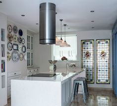 На кухне современная вытяжка и табуреты в индустриальном стиле отлично сочетаются с витражами. .