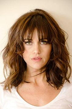 Hair Growth Tips. Hair Care Tips That Will Help You Out. Anyone can have great hair. There are lots of different things you have to overcome in order to get the best looking hair. Hairstyles For Round Faces, Hairstyles With Bangs, Medium Hair Styles, Curly Hair Styles, Hair Medium, Carla Gugino, Long Bob Haircuts, Layered Haircuts, Hair Growth Tips