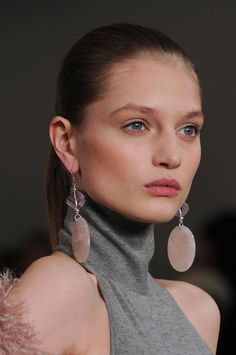 View all the photos of the beauty & make-up at the Ralph Lauren autumn (fall) / winter 2014 showing at New York fashion week. Women's Couture Fashion, Runway Fashion, Jewelry Accessories, Jewelry Design, Fall Winter 2014, Ring Bracelet, Pin Image, Beauty Make Up, Pink Grey