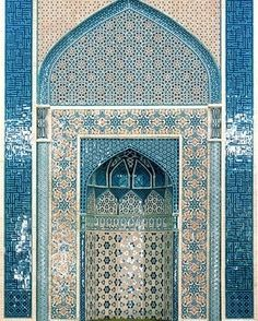 mihrab (niche that distinguishes the wall oriented toward Mecca)
