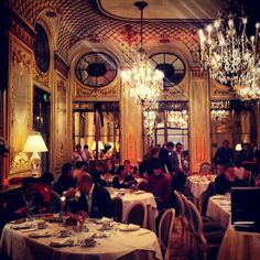 Though pricey, this upscale restaurant guarantees a delicious lunch in an area full of tourist traps. Plus, its opulent atmosphere will foster the feeling of sophistication you acquired while viewing some of the world's most prized paintings and sculptures.