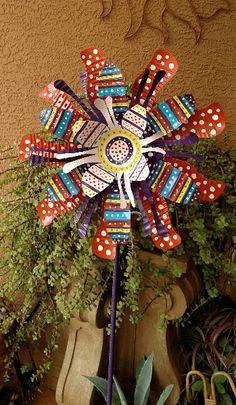 Tin Can Flowers Aluminum Can Crafts, Metal Crafts, Aluminum Cans, Soda Can Flowers, Tin Flowers, Pop Can Crafts, Diy And Crafts, Arts And Crafts, Yard Art Crafts