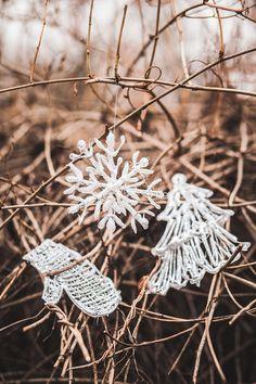 Velmi snadno lze ozdoby vyrobit z hmoty tavné pistole. Ideálně na skleněný nebo kovový povrch nanášejte potřebný tvar, nechejte zaschnout a natřete či nastříkejte zlatou, stříbrnou nebo jinou barvou. Pěkné jsou vločky, ale můžete zvolit i jiný vánoční motiv; Eva Malúšová