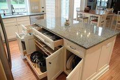 Klassische Kücheninsel mit Geschirrspeicher