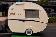 Cute little camper Tiny Trailers, Vintage Campers Trailers, Retro Campers, Vintage Caravans, Camper Trailers, Retro Caravan, Camper Caravan, Vintage Rv, Vintage Vans